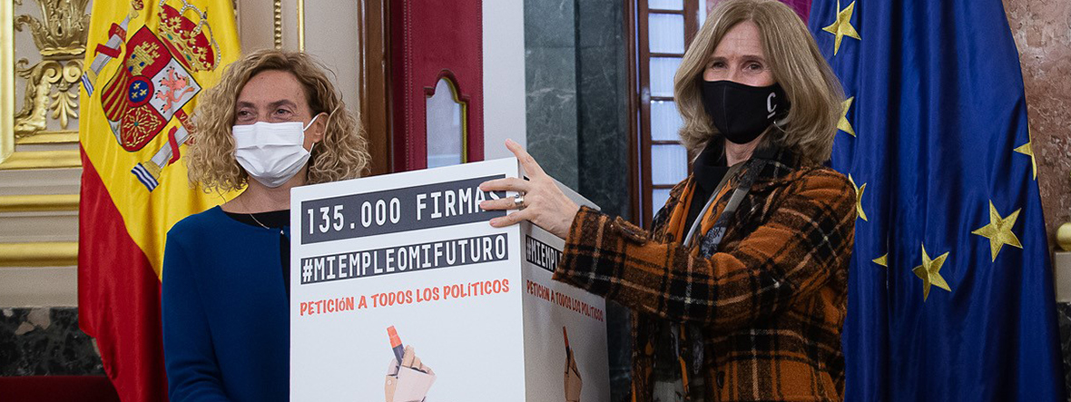Entregamos a la presidenta del Congreso las 135.000 firmas de apoyo a #MiEmpleoMiFuturo