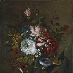 Florero de cristal con rosas y campanillas