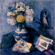 Florero con abanico y libros