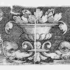 Ornamento con dos delfines y cuatro genios