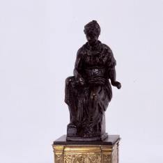 Agripina sedente