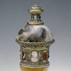 Vaso de calcedonia oriental con camafeos