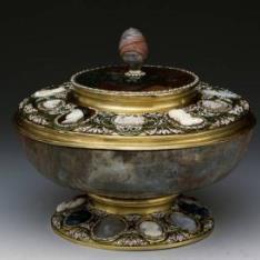 Vaso de jaspe con camafeos de Neptuno y Anfitrite