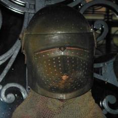 Yelmo con alpartaz de malla según modelos alemanes del siglo XIV