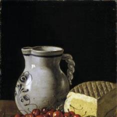 Cerezas sobre un plato, ciruelas, queso y jarra