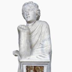 La Musa Polimnia apoyada en un pilar