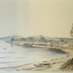 Vista de costa con playa y puerto pesquero