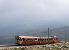 Un tren cosido a la montaña