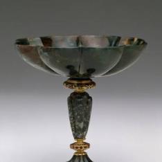 Copa gallonada de diaspro con rubíes