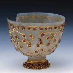 Taza de ágata con oro y rubíes