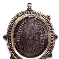Patena llana con la Virgen apocalíptica y Santa Catalina