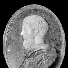 Busto de personaje masculino en relieve