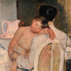 Mujer sentada con un niño en brazos