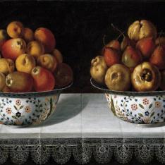 Dos fruteros sobre una mesa