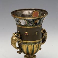 Copa con pie cuadrado en jaspe, plata y oro con camafeos y esmaltes