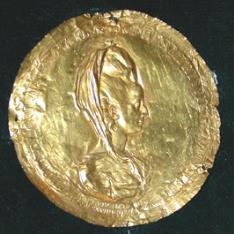 Disco de oro repujado con busto de dama