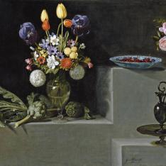 Bodegón con alcachofas, flores y recipientes de vidrio