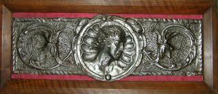 Chapa de hierro con decoración de grutescos