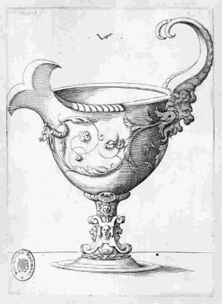 Copa con asa en forma de cuernos, que salen de la cabeza de un león