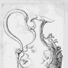 Jarrón con serpientes en la base