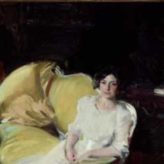 Clotilde sentada en un sofá