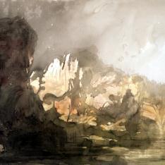 Lago rodeado de montañas