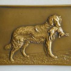 Placa de bronce con perro cazador