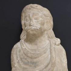 Busto masculino con la cabeza laureada y escudo eclesiástico en la peana