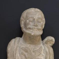 Busto masculino con un grifo en el pectoral y escudo eclesiástico en la peana