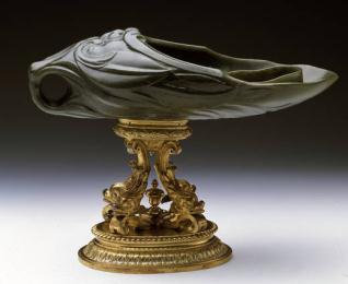 Vaso de jade sobre delfines, de plata dorada