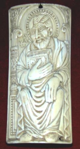 Placa con figura de apóstol