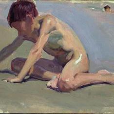 Niño jugando en la playa de Valencia