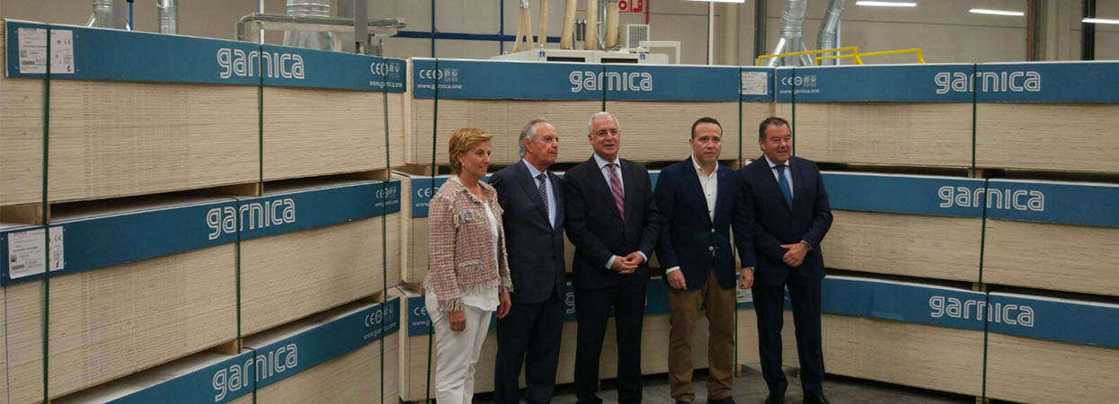 Ceniceros visits the new finishing line of the Garnica factory in Fuenmayor