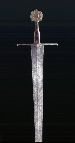 Espada ancha de hoja a cuatro mesas