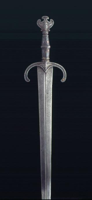 Espada con empuñadura damasquinada