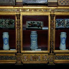 Fragmento de retablo adaptado como vitrina