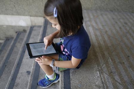 Mejor el móvil que un libro: así muere la lectura a los 15  (El país)