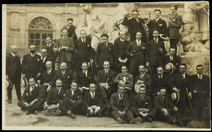 Foto en blanco y negro de un grupo de hombres en traje