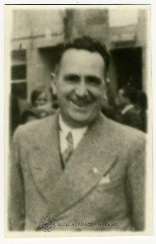 Foto en blanco y negro de un hombre sonriendo