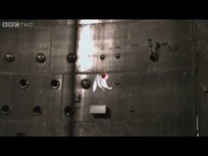 Una bola de bolos y una pluma caen al mismo tiempo al vacío...(BBC)