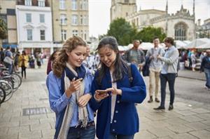 ¿Estás estudiando para el First o el Advanced? Así prepara (y corrige) Cambridge sus exámenes de inglés (El País)