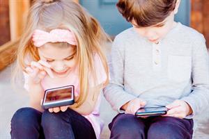 Padres e hijos: cuándo el móvil debe convertirse en uno más en la familia