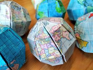 Maqueta del globo terrestre y proyecciones cartográficas