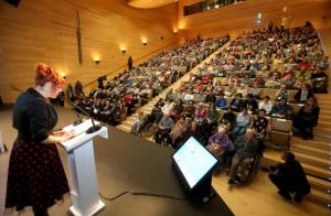 La Caixa homenajea a 400 personas mayores