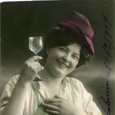 Chica con copa