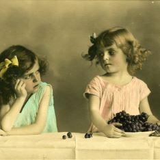 Niñas y plato con uvas