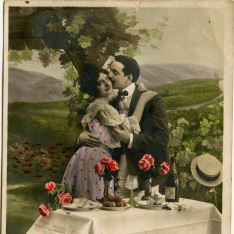 Besándose entre viñedos