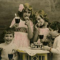 Niños con copas de vino