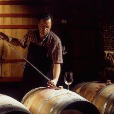 Sacando vino con pipeta