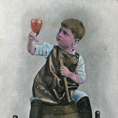 Niño sentado en barrica